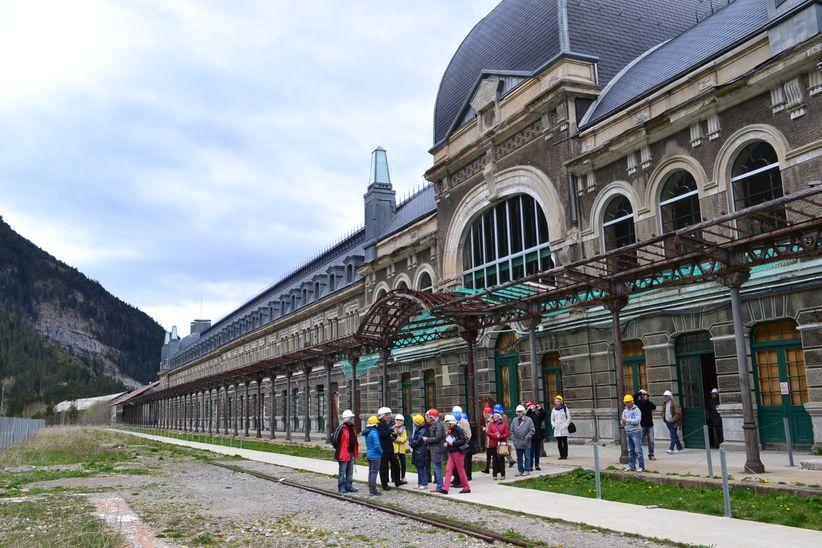 MER47 devant la gare de Canfranc