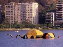 """Tomie cria """"Estrela-do-mar"""" (uma de suas poucas obras com título), que é instalada em 1985 na Lagoa e retirada em 1990 para manutenção, sem nunca mais retornar."""