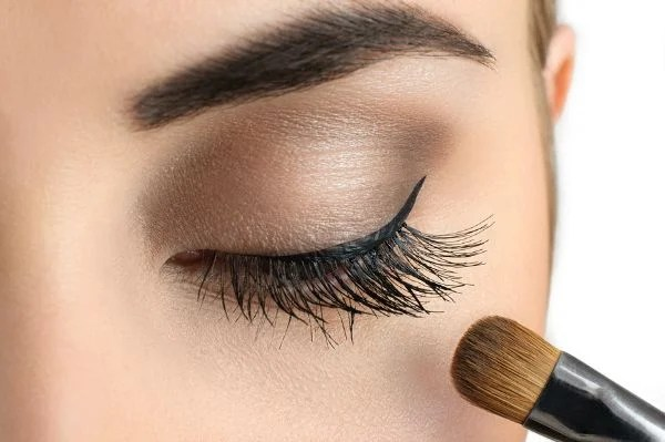 Did you know smokey eye makeup can make your face look THINNER by elongating and lifting your eyes? It's true! And that's why I love these daytime smokey eye tutorials. They've taught me how to give my face that triangular look we all know and love while still being subtle enough for everyday wear.