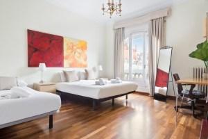 three single beds room with balcony - Habitación con tres camas individuales y balcon