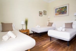 Room with double bed- Habitación con cama doble