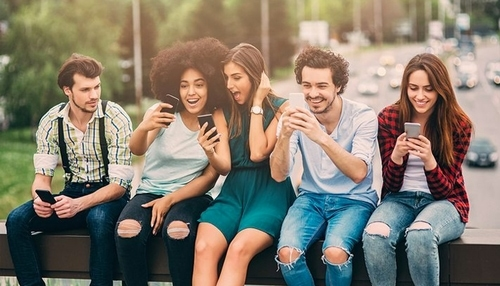 Millennials mexendo no celular