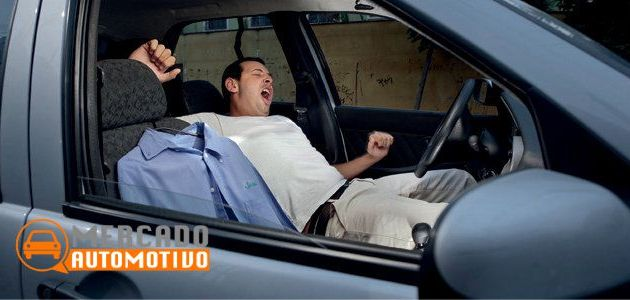 Acordando amigo que dormiu dentro do carro
