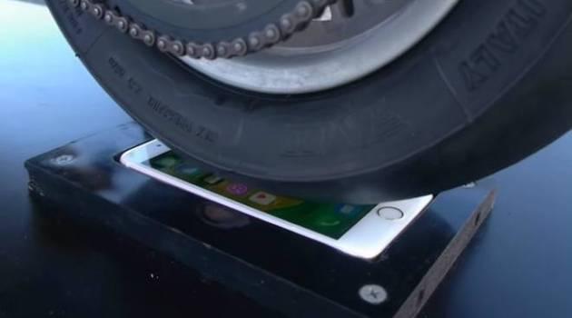 Veja o que acontece com um iPhone 6s fritado pelo pneu de uma moto Ducati