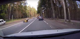 Motociclista azarado sofre acidente de uma maneira inusitada