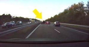 """Tesla consegue """"prever"""" acidente que acontece em sua frente"""