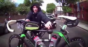 Ladrão tenta roubar uma bicicleta com o carro em movimento
