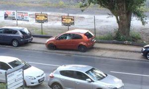 Homem tentando estacionar o seu carro