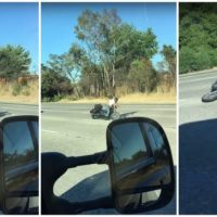 Motociclista sofre acidente ao conduzir a sua moto em alta velocidade só com uma mão
