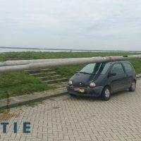 Bêbado é pego levando 2 postes… em cima de um Renault Twingo