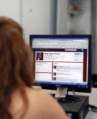 Mujer viendo internet