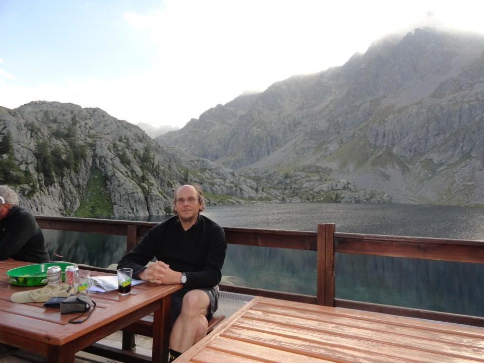 Na de wandeling en in afwachting van het avondmaal in elk geval nog voldoende tijd om bij een glas te verpozen op het terras aan de rand van het meer.