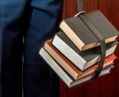 本を運ぶ様子