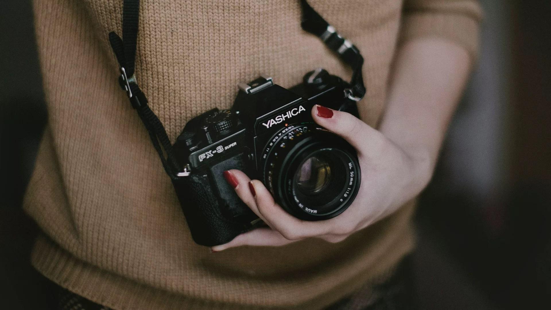 出品したバッグの写真を撮る