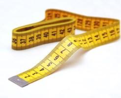 ゆうパケットの厚さを測るメジャー