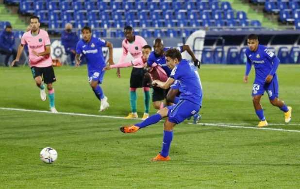 ضربة جزاء ماتا فى مباراة خيتافي وبرشلونة بالليجا (صور:AFP)