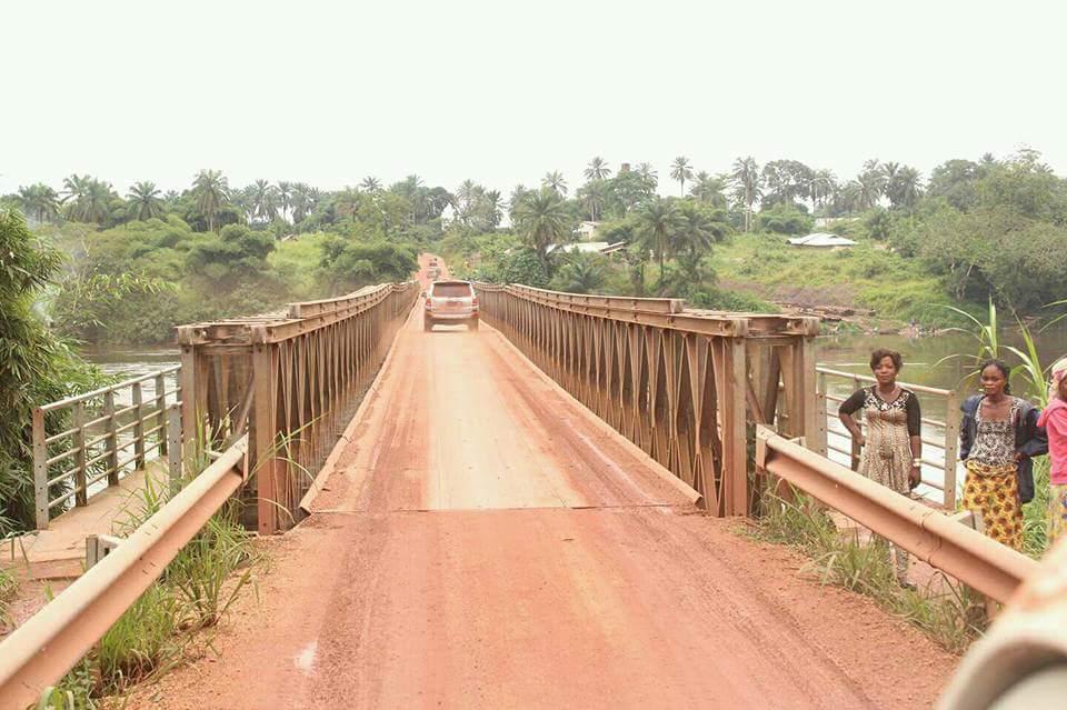 Le pont de la rivière Kibali.     ( Aventures africaines.)