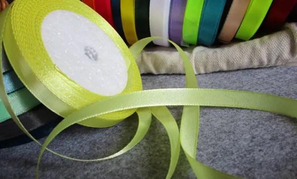 de jolies couleurs pour ces rubans de satin Ces rubans de satin sont vendus au mètre. Cela vous permet d'acheter uniquement la quantité nécessaire pour votre projet en évitant le gaspillage. il y a en tout 21 couleurs toutes aussi belles D'excellente qualité, le ruban vous offre de nombreuses possibilités créatives. En effet, celui-ci est notamment idéal pour des projets de couture, de customisation textile, etc. Il peut également être utilisé dans une démarche décorative (déco de mariage par exemple), mais aussi pour réaliser des cartes et des faire-part, pour embellir des objets, etc. Ce type de ruban, très élégant, peut parfaitement être cousu ou collé selon vos souhaits. Vendu au mètre IMPORTANT : Les articles au mètre ne sont ni repris, ni échangés. matériau : polyester largeur : 10 mm