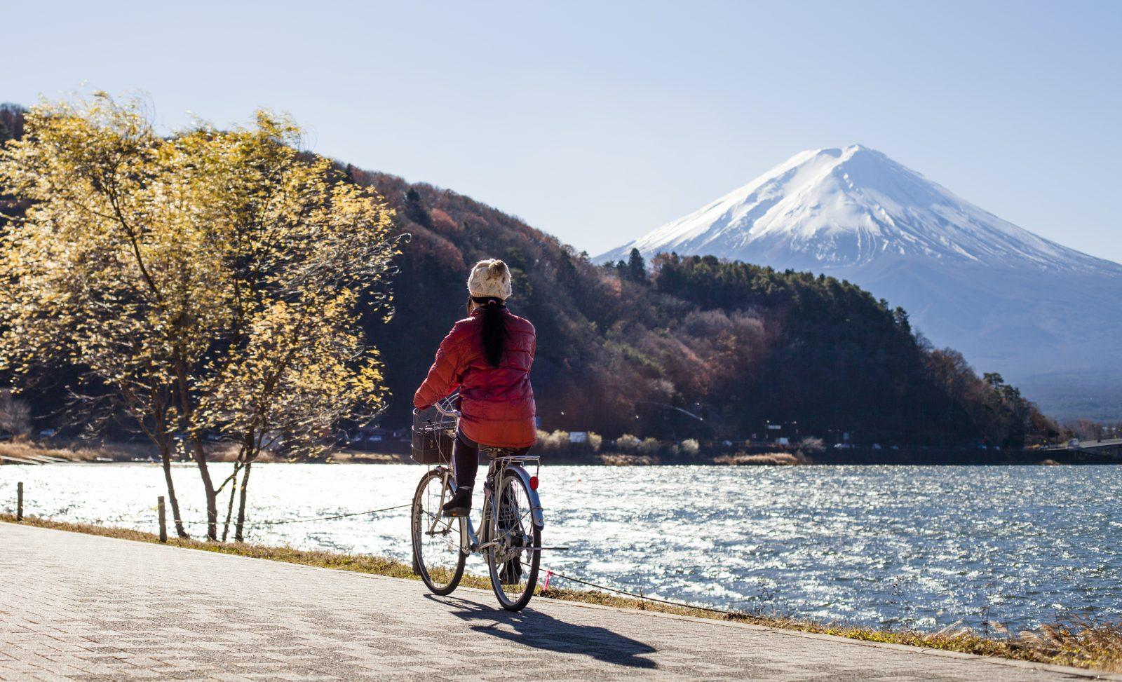 Une femme fait du vélo autour du mont Fuji