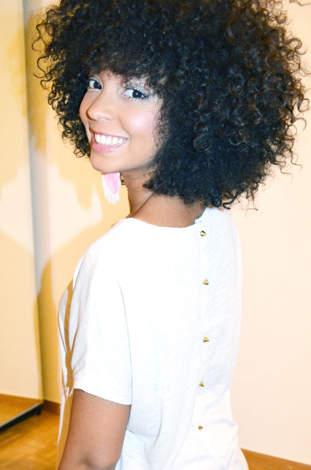 mercredie-blog-mode-afro-hair-natural-cheveux-nappy-style-look-pantalon-ample-mango-t-shirt-clous-studded