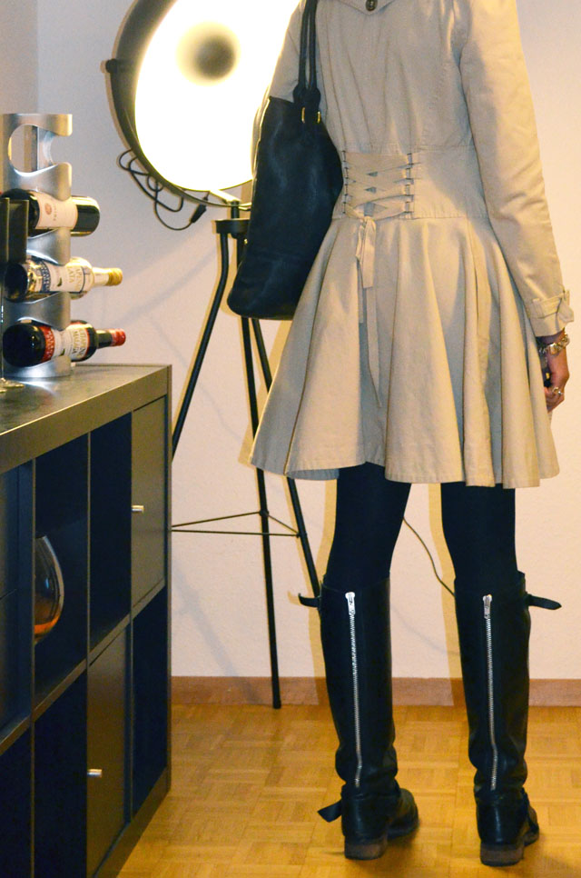 mercredie-blog-mode-outfit-look-style-look-robe-noire-dentelle-atmosphere-primark-bottes-zip-asos-trench-corset