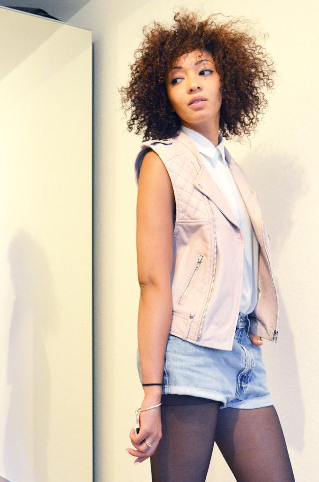 mercredie-blog-mode-beaute-suisse-geneve-bottines-h&m-2013-short-levis-501-chemise-blanche-newlook-look-cheveux-afro-gilet-cuir-blouson-sans-manches-maje-rose-zip-2013
