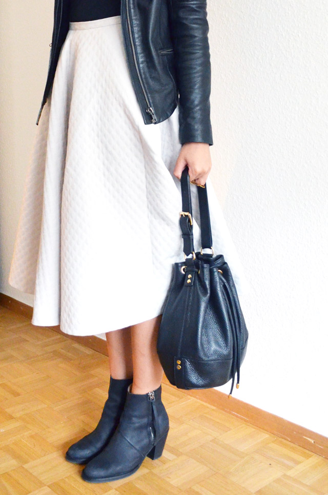 mercredie-blog-mode-jupe-midi-skirt-h&m-jupe-longue-genoux-oversized-body-topshop-pistol-acne-boots-bottines-perfecto-cuir-bel-air-sac-apc-seau