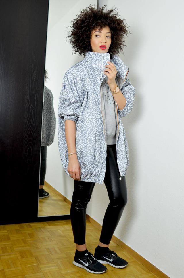 mercredie-blog-mode-geneve-legging-cuir-tregging-look-outfit-minute-papillon-sweat-madame-tshirt-nike-freerun-running-afro-nappy-natural-hair-k-way-kway-maje-mabella