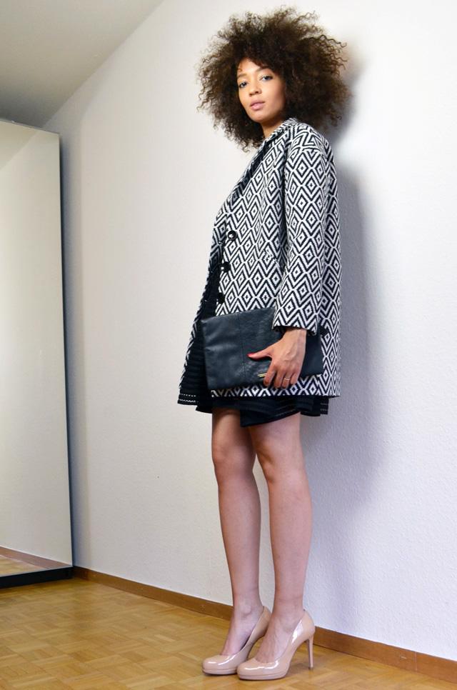 mercredie-blog-mode-robe-rayure-noire-maje-black-sledge-kate-middleton-nude-pumps-lk-bennett-manteau-veste-boyfriend-la-redoute-soft-grey-jaquard-pochette-clutch-bcbg-max-azria2