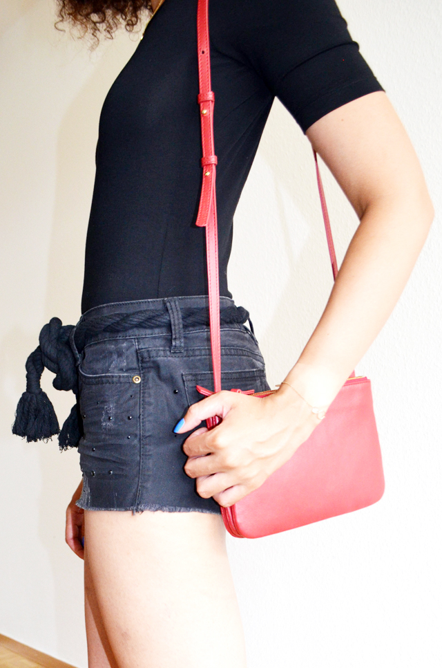 mercredie-blog-mode-geneve-suisse-body-noir-decollete-echancre-dos-afro-hair-naturels-cheveux-celine-trio-bag-red-rouge-ceinture-elbe-isabel-marant