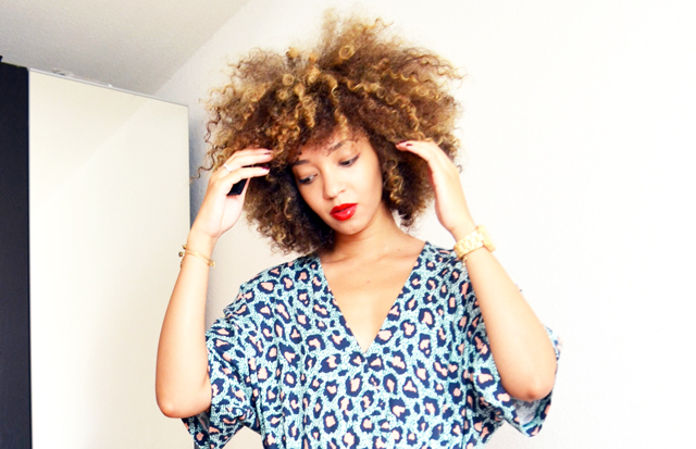 mercredie-blog-geneve-combinaison-h&m-leopard-isapera-fokos-afro-hair-curly-curls-cheveux-frises-blonde-balayage-estee-lauder-pure-color-gloss-hot-cherry