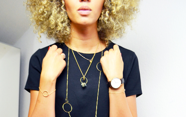 mercredie-blog-mode-geneve-and-other-stories-collier-cercle-circle-necklace-blonde-nappy-curly-hair-afro-bleached-cheveux-frises-blonds-decoloration-naturels-natural