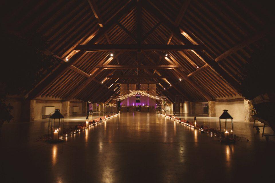 mercredie-mariage-blog-fleurs-aromatics-arles-decoration-chemin-lumineux-chandelles-mas-de-peint-entree