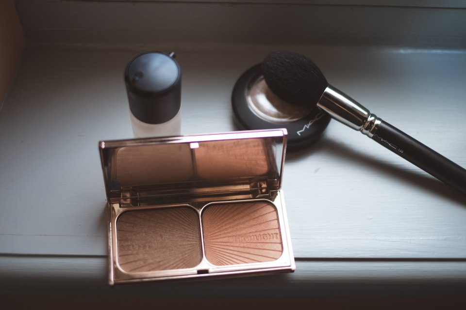 mercredie-mariage-mac-cosmetics-mac-fixing-spray-charlotte-tilbury-bronze-glow-lightscapade-highlighter-enlumineur