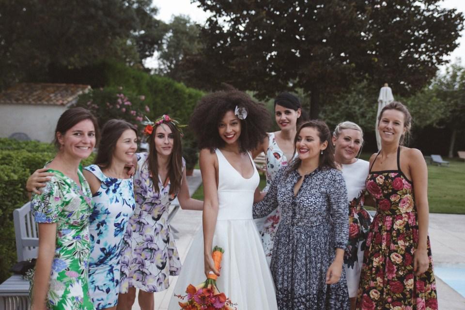 mercredie-mariage-blog-bouquet-fleurs-aromatics-arles-deco-robe-fleurie-theme-mismatched-dress-dresses-mas-de-peint-bridesmaids-dresscode-bride