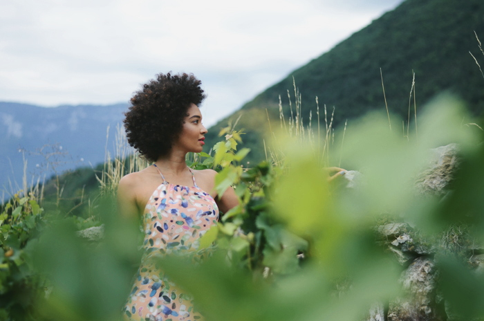 mercredie-blog-mode-geneve-suisse-robe-maxi-dress-george-longue-salmon-blogueuse-afro-hair-big-fro-natural-cheveux-frises-naturels-curly-nappy-3c