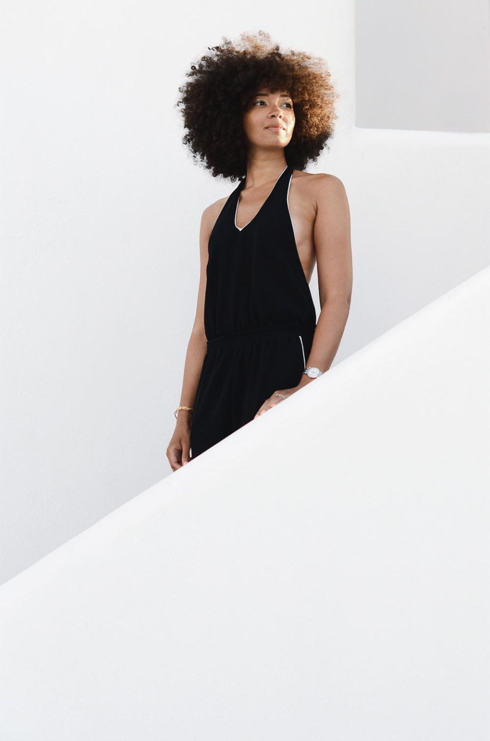mercredie-blog-mode-geneve-suisse-switzerland-geneva-blogger-swiss-h&m-jumpsuit-combinaison-afro-natural-hair-cheveux-frises-naturels-mykonos-absolut-suites-escalier-greece-grece