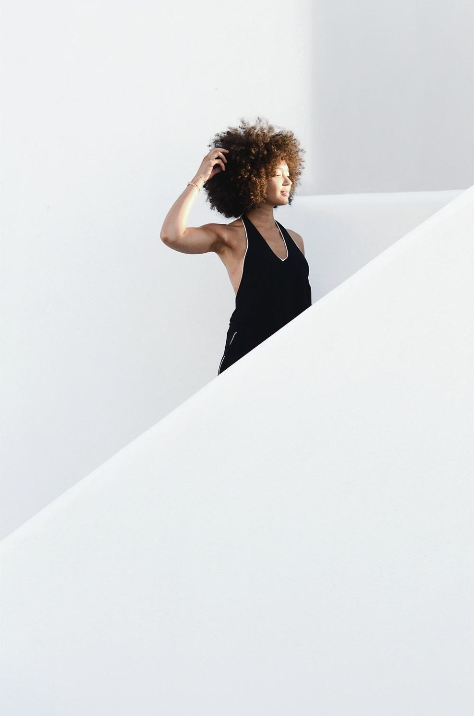 mercredie-blog-mode-geneve-suisse-switzerland-geneva-blogger-swiss-h&m-jumpsuit-combinaison-afro-natural-hair-cheveux-frises-naturels-mykonos-absolut-suites-escalier-greece