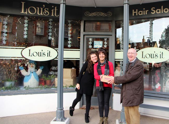 Hamish Bell handing over the prize at Lou's it