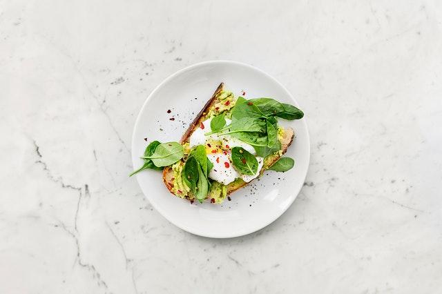 torradas com avocado e queijo