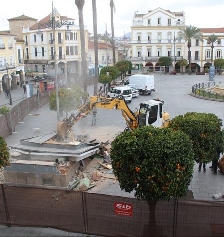 Derribados los quioscos de la Plaza de España de Mérida
