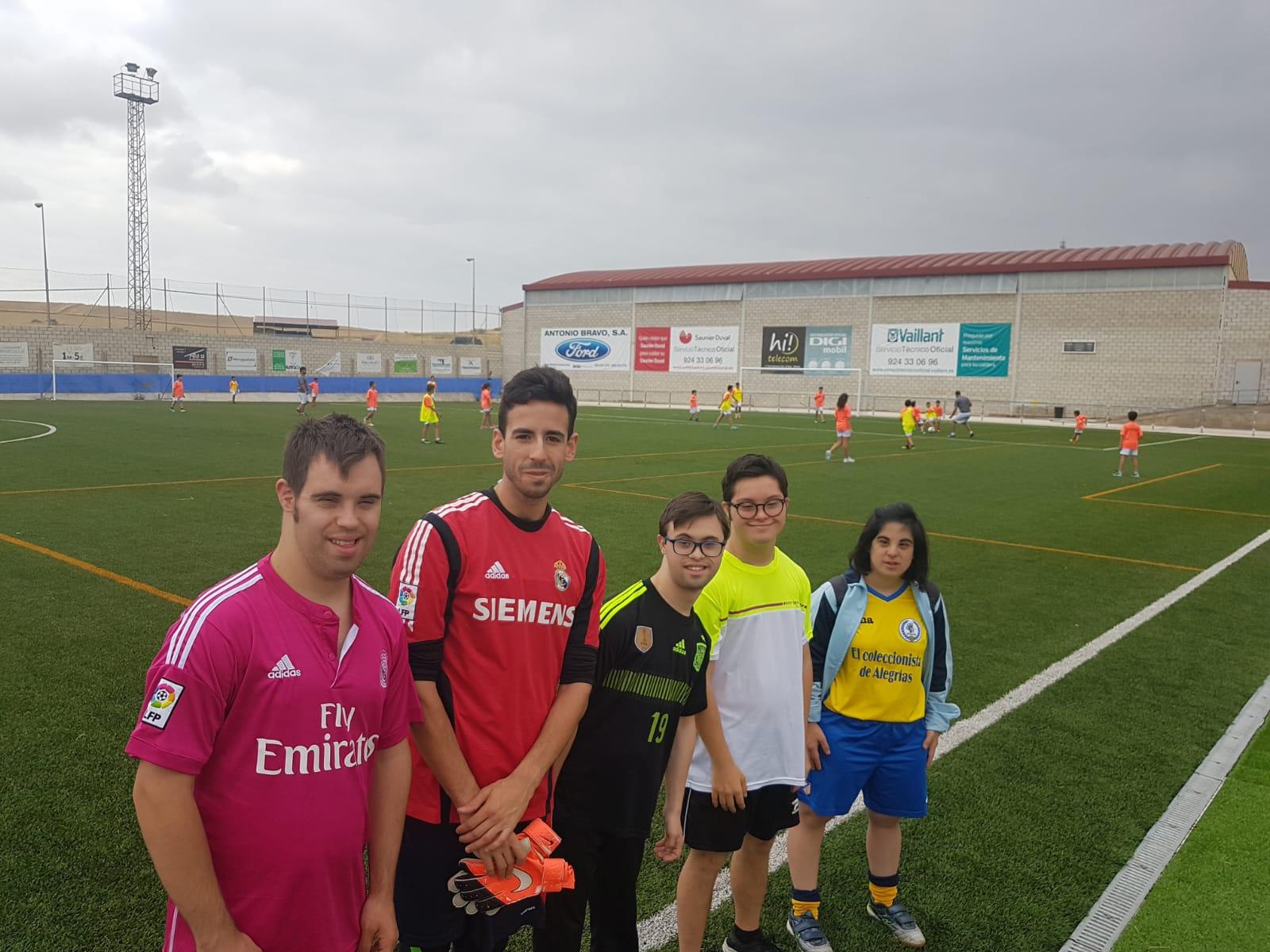 Técnicos y usuarios de Down Mérida enseñan las bases del fútbol inclusivo a más de 70 niños y jóvenes