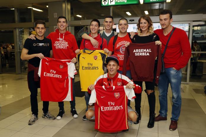 Navijači Arsenala dočekali svoje igrače u Beogradu (GALERIJA)