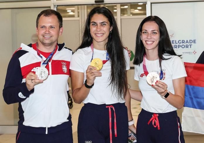 STIŽU ŠAMPIONI: Doneli nam medalje, dočekani uz harmoniku, a Milicu odmah podigao verenik! (FOTO)