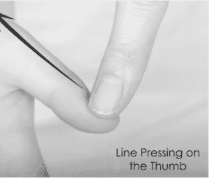 line pressing pulgar - Tuina infantil © Robin Ray Green.