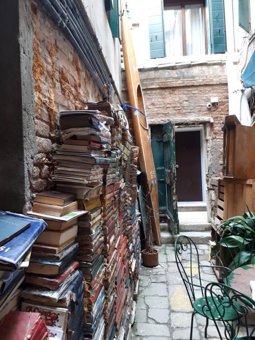 Libreria Acqua Alta - Venezia - 11.jpg