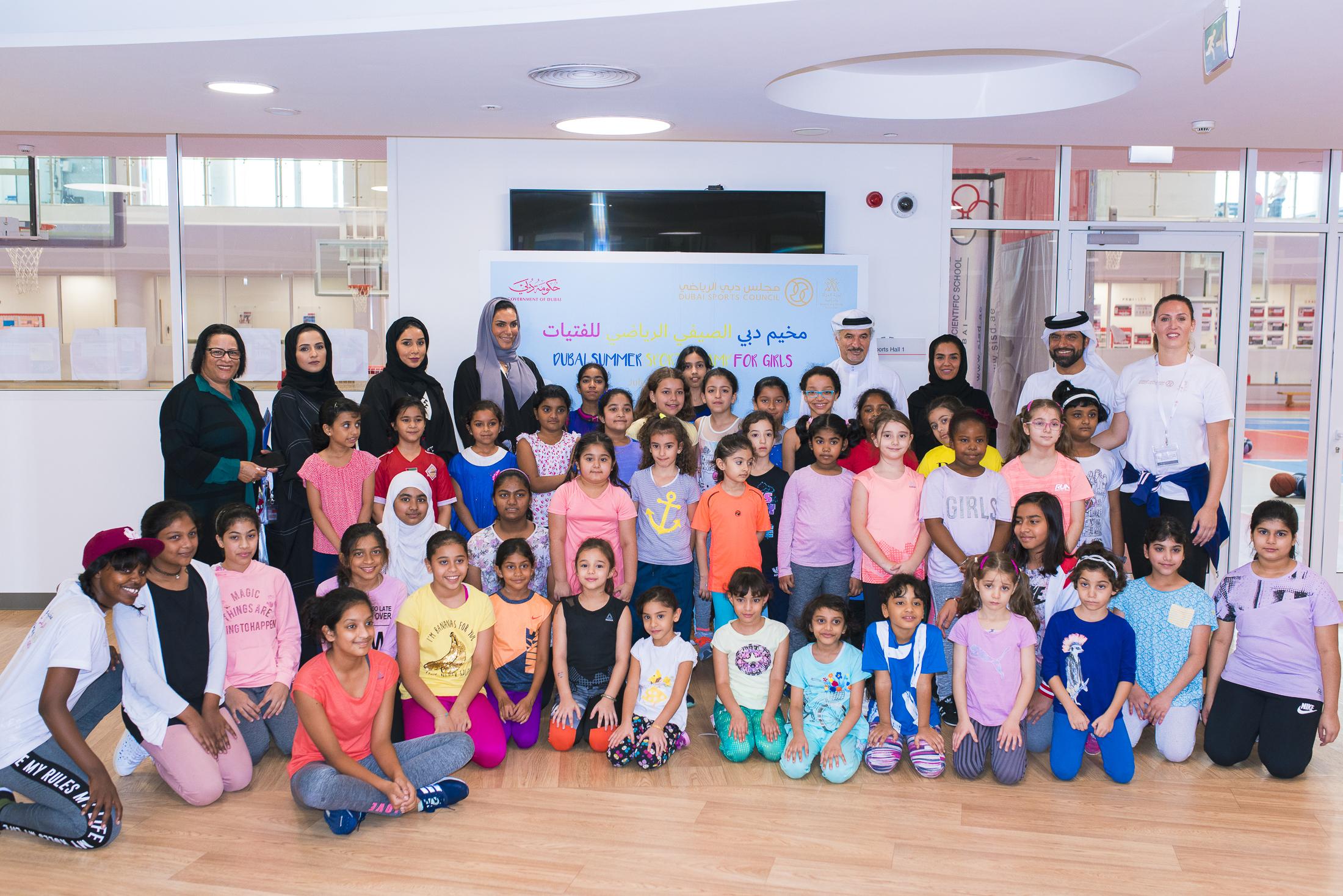 أمين عام مجلس دبي الرياضي يزور المخيم الصيفي للفتيات