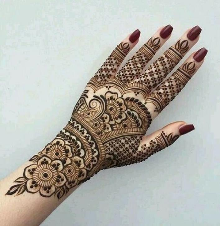 55- Heavily-checkered-Back-Hand-Mehndi-design