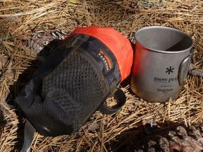 The mug fits perfectly inside the Bedrock feed bag