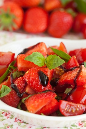Easy Balsamic Marinated Strawberries via @mermaidsandmojitos